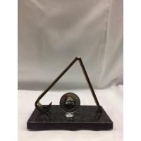 Troféu [estatueta] com escada e símbolo redondo prateado ,  mede  altura 18cm ,  largura é 20cm