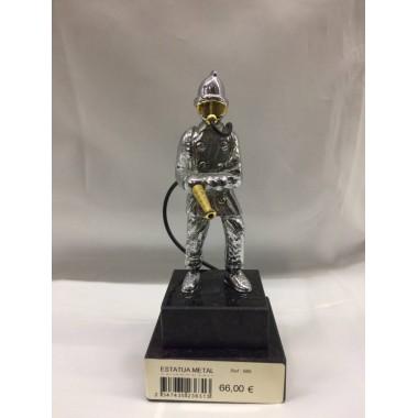 Estatueta bombeiro com mangueira em metal