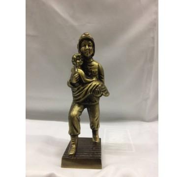 Estatueta bombeiro com o menino ao colo . medida:Altura 28cm , largura 7,5cm