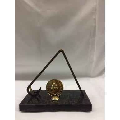 Troféu [estatueta] com escada e símbolo redondo em dourado .  mede de altura 18cm , e de largura  20cm