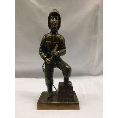 Estatueta bombeiro  com mangueira ,  altura 28cm  e  largura 12cm .