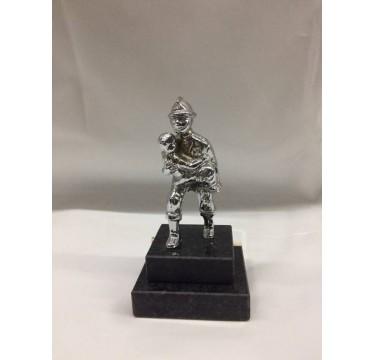 Estatueta de bombeiro com o menino ao colo 15cm de altura