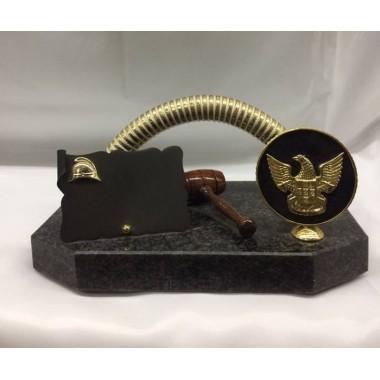 Troféu [estatueta] modelo grande ,com mangueira dourada e martelo e placa, medida de altura 14cm , largura 26,5cm